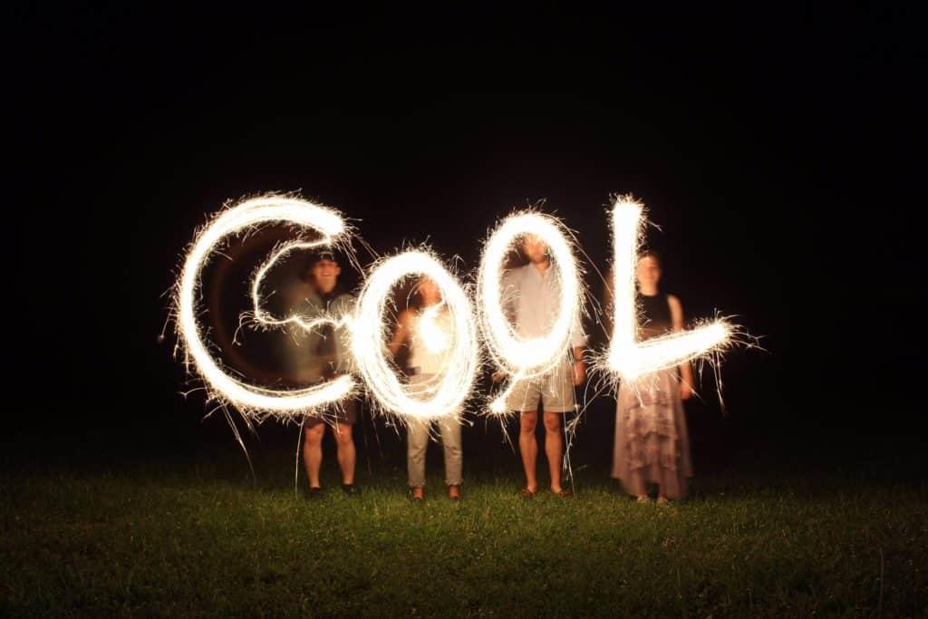 Des amis écrivant COOL avec l'effet Light painting